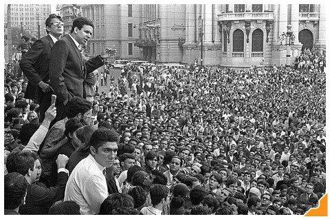 Vista do palco na organização da passeata em 1968