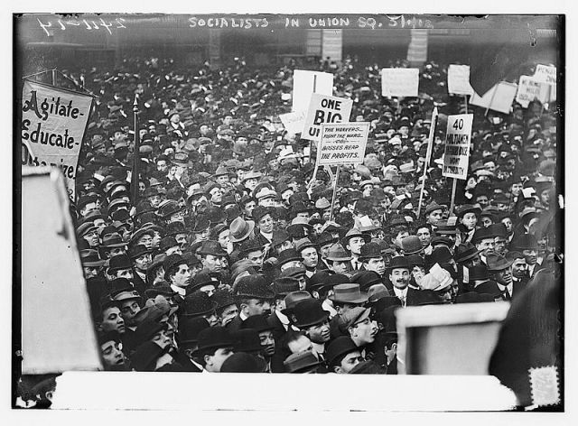 Socialistas postestam na Union Square.