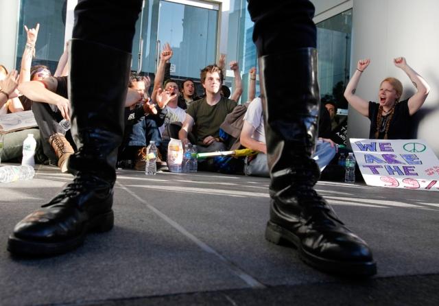 Occupyers bloqueiam entrada do Federal Reserve Bank em 8 de Outubro de 2011.