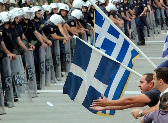 Manifestantes protestam contra as medidas do governo de cortes de gastos e adequação às exigências interenacionais para o suporte econômico do país nas proximidades do parlamento em Atenas.
