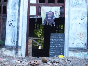 Prédio da Aldeia destruído após invasão da polícia.