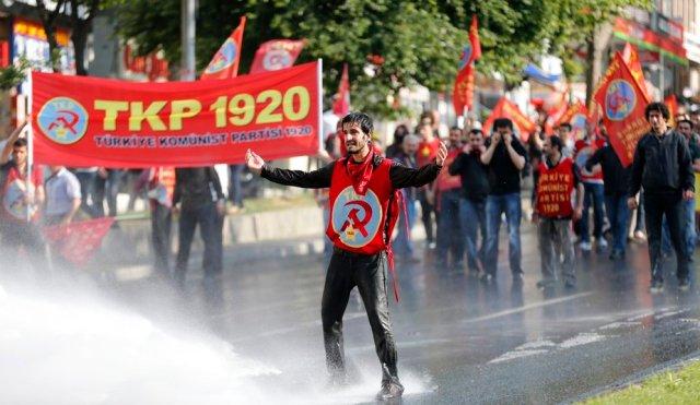 Na Turquia a polícia combate os manifestantes com jatos d'água e gás lacrimogêneo.