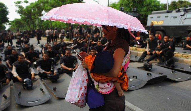 Na mesma cidade, policiais se preparam para a manifestação.