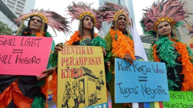 Travestis participam de protesto na Indonésia, onde milhares de trabalhadores demandam melhores salários e condições de vida.