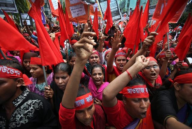 Mulheres protestam contra as condições de trabalho na indústria de vestuário.