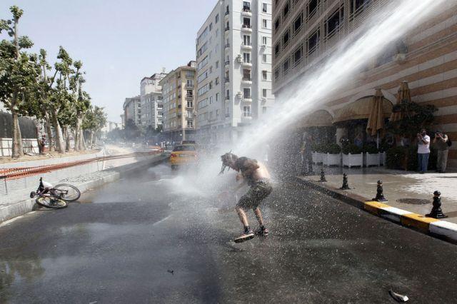 Vendredi-a-Istanbul-un-manifestant-subit-le-canon-a-eau