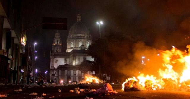 13 de junho de 2013: manifestação no Rio de Janeiro contra o aumento da passagem de ônibus na região da Candelária (Centro da cidade) acaba em violência após repressão da polícia