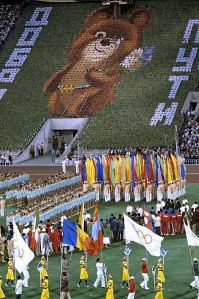 """Misha """"chora"""" na abertura dos jogos de Moscou."""