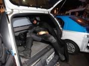 Batman é preso no Rio de Janeiro após a aprovação da lei que impede o uso de máscaras em manifestações.