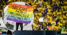 Manifestante mostra faixa de protesto durante a cerimônia de abertura da Copa das Confederações.