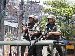 Soldados do exército participam da ocupação do Complexo do Alemão