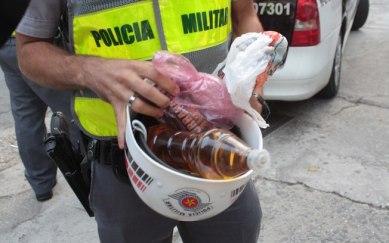 Policial apreende garrafa de vinagre em uma das centenas de prisões arbitrárias durante as manifestações.