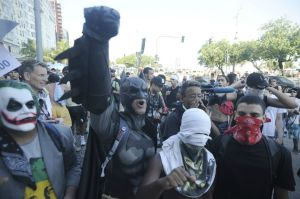 Batman e Coringa juntos como Forças Oponentes à Lei e à Ordem!