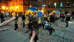 Brigada Militar de Porto Alegre agride manifestantes para  proteger Fuleco, o tatu da Copa.