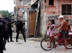 Os recentes ataques às UPPs pelo CV funcionaram como subterfúgio para mais um capítulo da militarização do urbano: a ocupação do Complexo da Maré em 2014