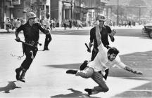 Estudante cai ao ser perseguido pela polícia na manifestação do dia 21 de Junho de 1968 que terminou com quatro mortos, dezenas de feridos e cerca de mil presos (foto: Evandro Teixeira)
