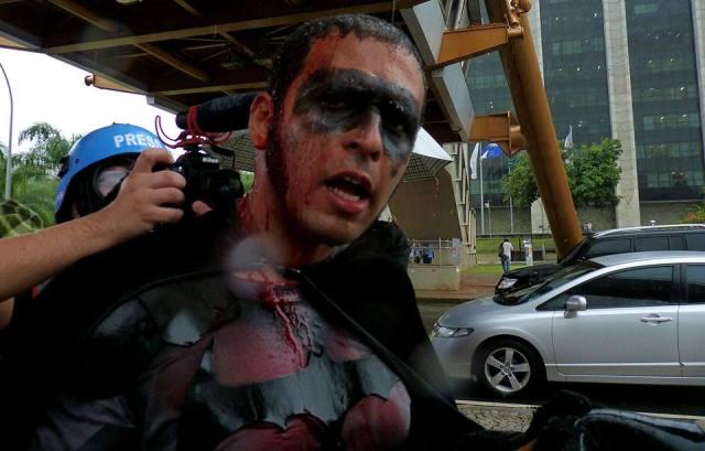 Militante Eron Moraes de Melo, conhecido como Batman das manifestações, que esteve presente em grande parte dos últimos protestos no Rio de Janeiro e apoia a luta dos professores foi um dos ativistas políticos agredido pelos policiais. (Foto de Anderson Freitas, publicada na página SEPE-Central, Facebook)