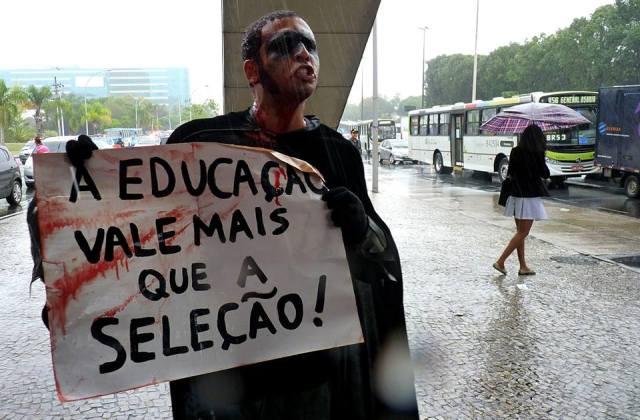 Eron esteve ao lado dos profissionais na greve de 2013 e de 2014.  (Foto de Anderson Freitas, publicada na página SEPE-Central, Facebook)