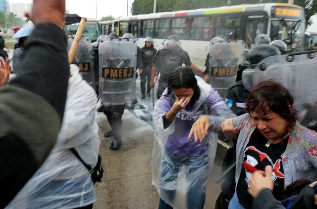 Spray de pimenta e bombas de gás lançados sobre os profissionais da educação. (Foto de Anderson Freitas, publicada na página SEPE-Central, Facebook)