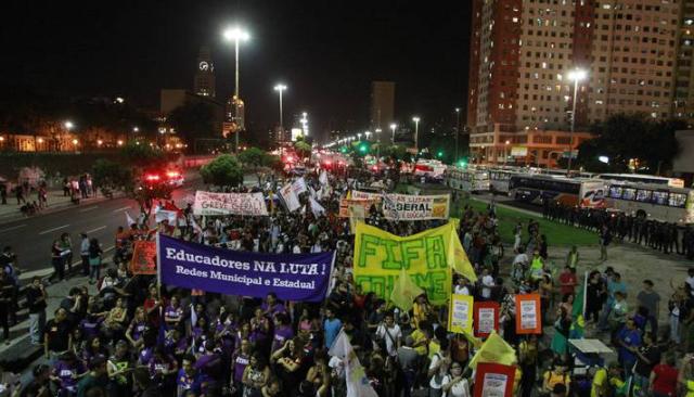 Ato unificado dos profissionais da educação e de outras categorias em greve, realizado em 15 de maio de 2014.