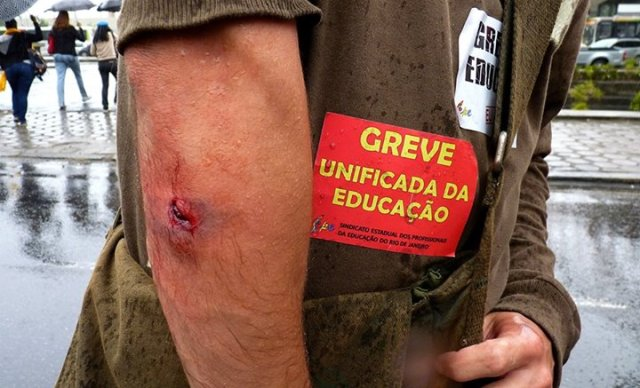Durante a manifestação, inúmeros profissionais da educação foram feridos, como este professor agredido com cassetete. (Foto de Anderson Freitas, publicada na página Educação Estadual e Municipal em Greve Facebook)