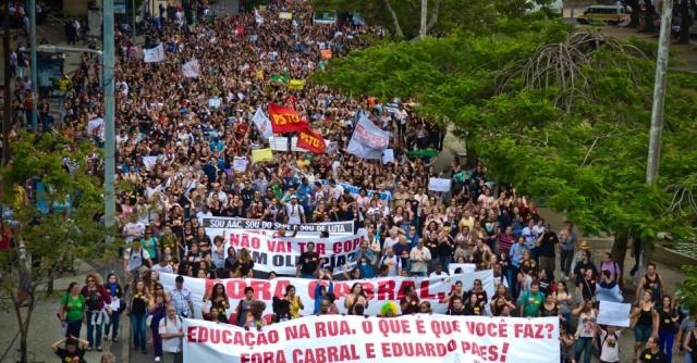 Passeata dos profissionais da educação em 2013. Fonte: Uol.
