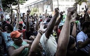 Trabalhadores ambulantes protestam em Recife.