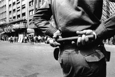 Policial e manifestantes. (foto: Evandro Teixeira)