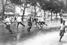 Estudantes dispersados pela polícia em 1968 (foto: Evandro Teixeira)