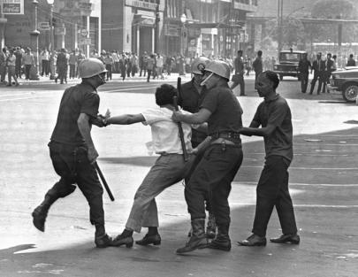 Homem arrastado por policiais. (foto: Evandro Teixeira)