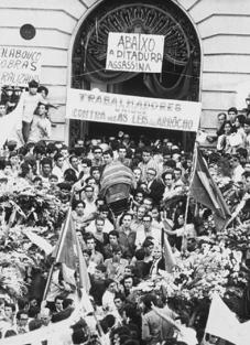 Trabalhadores contra a ditadura. (foto: Evandro Teixeira)