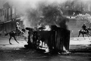 Veículo em chamas. (foto: Evandro Teixeira)