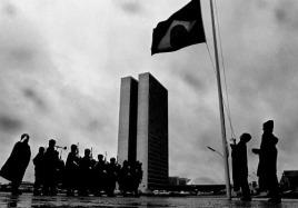 Bandeira hasteada em Brasília. (foto: Orlando Brito)