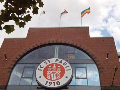 Bandeira arco-íris no estádio do St. Pauli