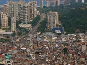Na foto vemos a Favela da Rocinha e do bairro de São Conrado fazendo divisa. Para Žižek a luta entre incluídos e excluídos é uma das principais formas de antagonismo de nosso mundo. Fonte: http://olinguarudo.blogs.sapo.pt/80834.html