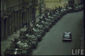 """Tanques soviéticos esmagam as esperanças de """"Socialismo com rosto humano"""""""