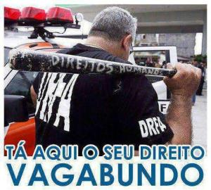 """Policial carrega taco com a insrição """"Direitos Humanos"""", evidenciando o triunfo da lógica punitiva"""