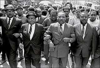 Martin Luther King Jr. marchando com grevistas em Memphis (1968). Em seus discursos não havia apelo a tolerância