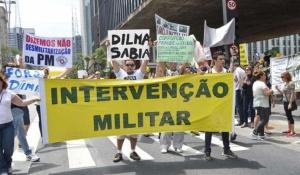 Manifestantes em São Paulo pedem intervenção militar