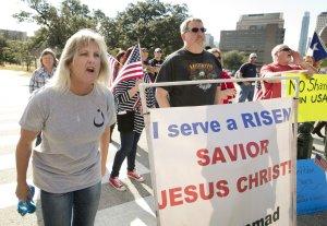 Manifestantes de direita no Texas. No cartaz os dizeres: