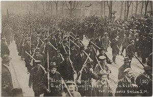 Revolucionários espartaquistas em Berlim: A violência revolucionária como violência de outro tipo.