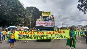 Manifestantes contra a corrupção, o comunismo e pela tutela militar da constituição.