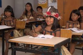 Crianças indígenas em sala de aula.