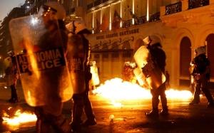 Novos protestos com a aceitação do governo grego do novo plano da troika.