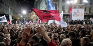 A bandeira do Syriza entre seus apoiadores (Lefteris Pitarakis)