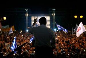 O primeiro-ministro grego, Alexi Tsipras, do Syriza, discursa para dezenas de milhares em Atenas.