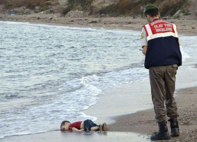 Aylan Kurdi é encontrado morto após ter caído no mar. Foto: Nilüfer Demir