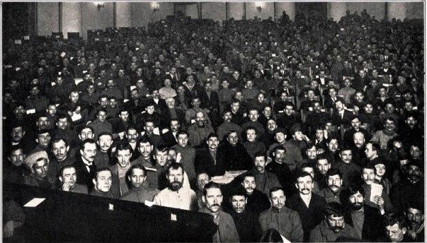 Nos primeiros anos da Revolução Russa, o Congresso dos Sovietes (conselhos locais com base em territórios ou indústrias), era a instância soberana do poder revolucionário.