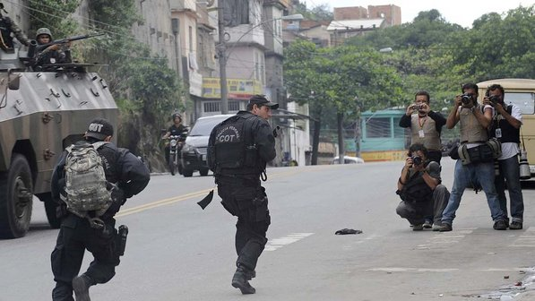 Fotojornalistas cobrem operação policial no Complexo do Alemão, Rio de Janeiro, 2010. Foto: Fernando Bizerra Jr