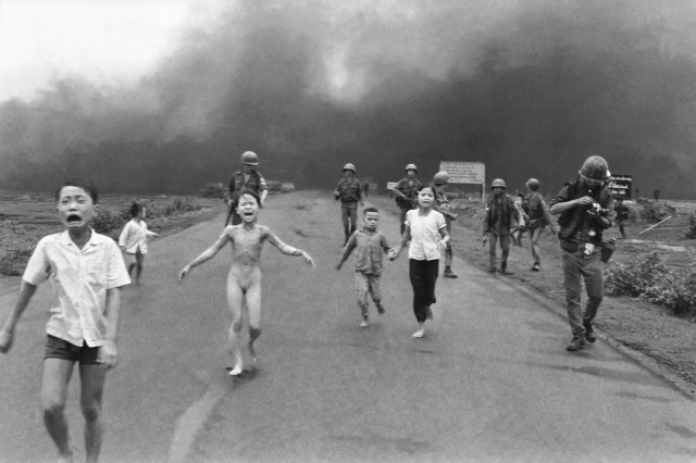 Kim Phuc corre em meio a outras crianças e tropas sul vietnamitas após bombardeio de Napalm, Vietnã, 1972. Foto: Nick Ut